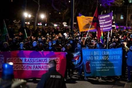 Anti-PEGIDA protestors