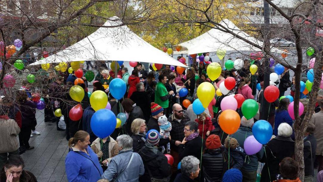 Bendigo rainbow balloon demonstation (1)