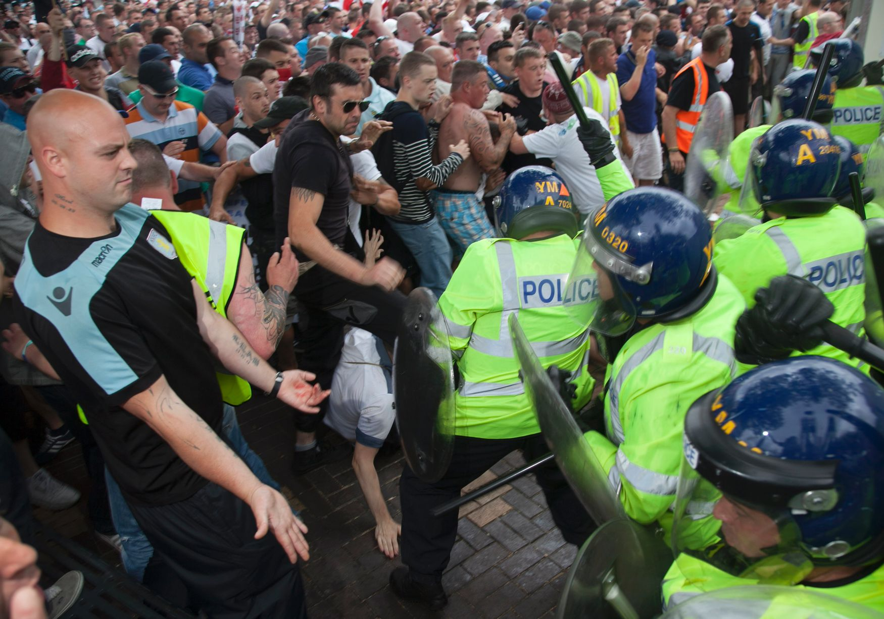 EDL clash with police in Birmingham (2)